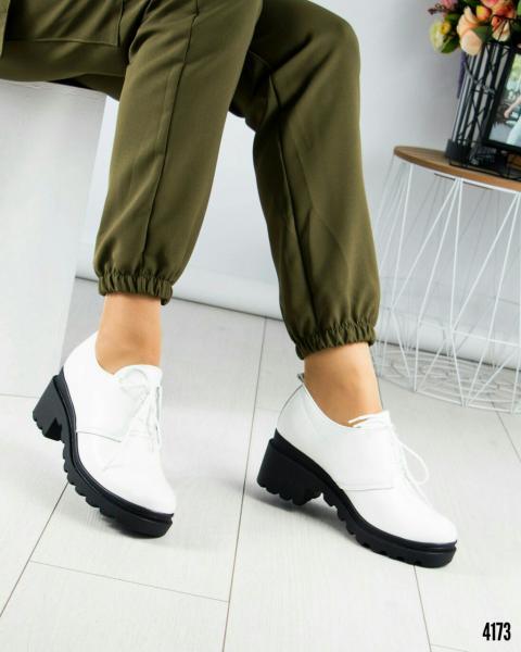 Белые туфли на толстой подошве.