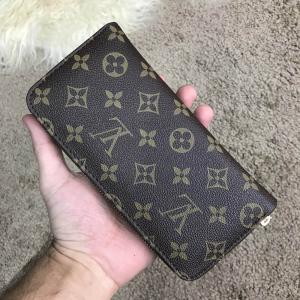 Фото  Louis Vuitton Zippy Vertical Monogram