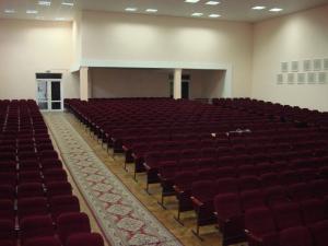 Фото Кресла для актовых залов школы, колледжа, клубов, конференц-залов, Домов культуры, театров и кинотеа Блок из трёх кресел М4-1 с подлокотниками для аудитории полумягкие от белорусского производителя. Цена