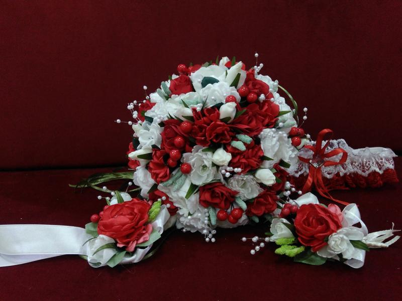 Набор свадебных аксессуаров красный с молочным (букет-дублер, бутоньерки, подвязка)