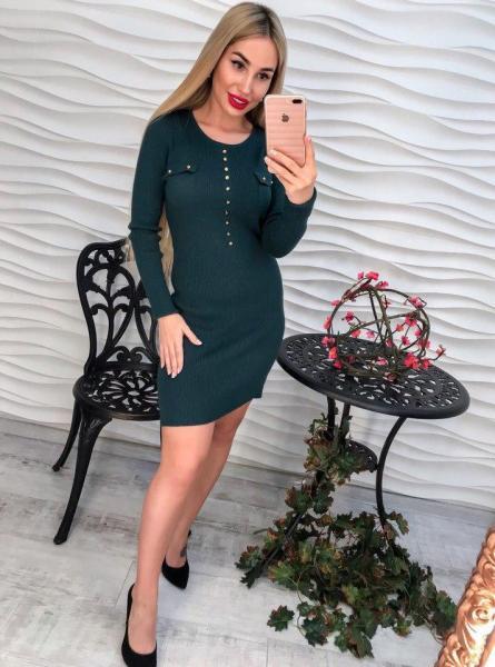 Модное короткое женское зеленое платье.