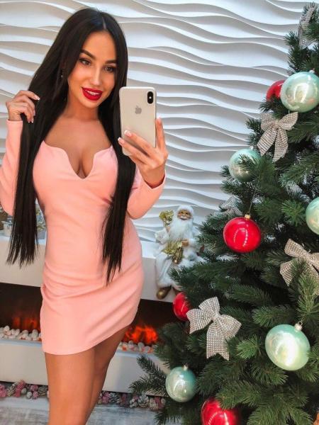 Женское розовое короткое платье.