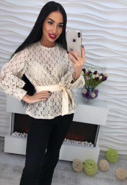Очень красивая кружевная блуза с поясом.