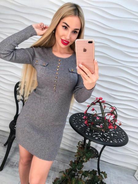 Модное короткое женское серое платье.