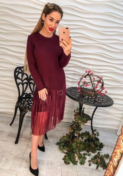 Женский стильный бордовый костюм.