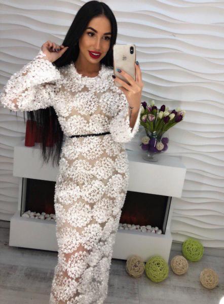 Белое платье из органзы с аппликацией.