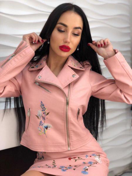 Стильная розовая кожаная куртка с вышивкой.