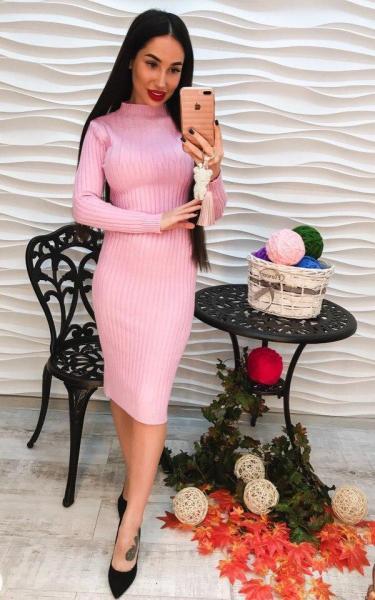 Женское розовое теплое вязаное  платье.