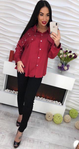 Бордовая блуза с стразами.