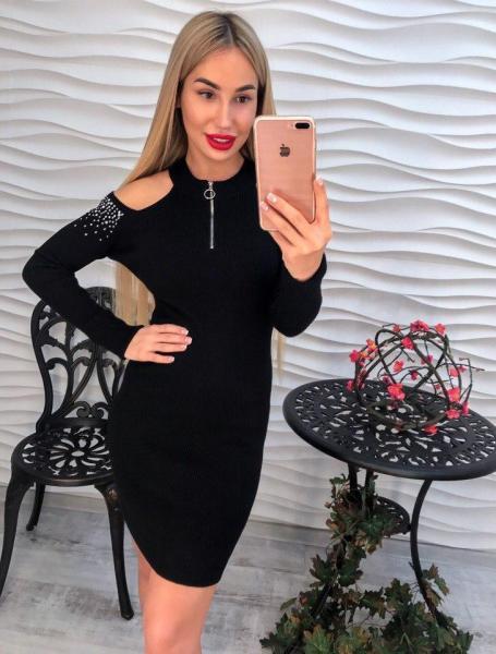 Красивое черное трикотажное платье.