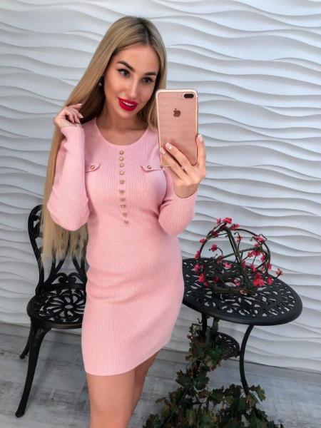 Модное короткое женское розовое платье.