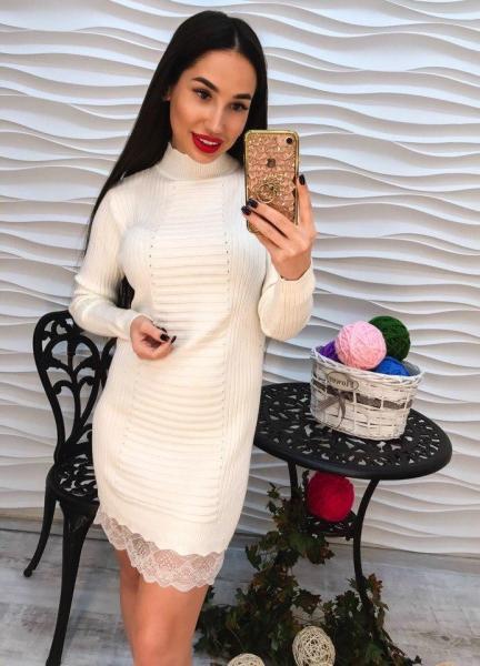 Элегантное белое короткое платье с кружевом.