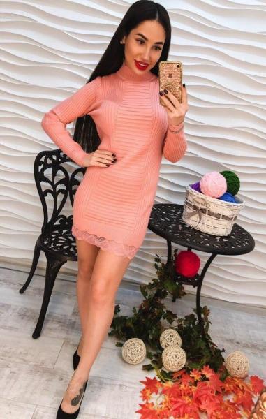 Элегантное персиковое короткое платье с кружевом.