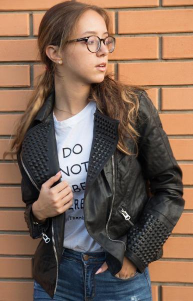 Стильная кожаная куртка черного цвета.