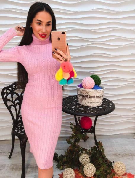 Женское теплое вязаное розовое платье с горлом.