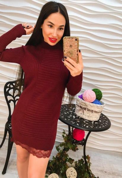 Элегантное бордовое короткое платье с кружевом.