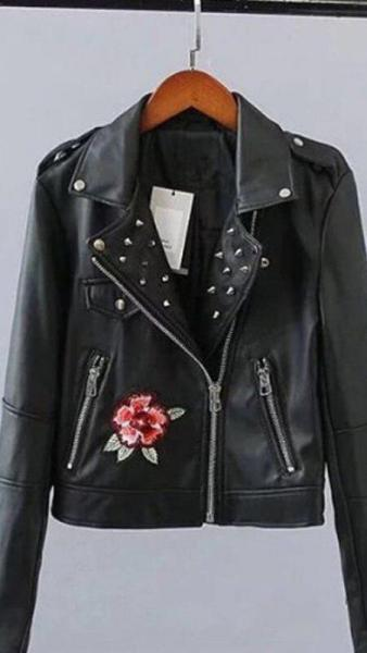 Стильная кожаная куртка с вышивкой.
