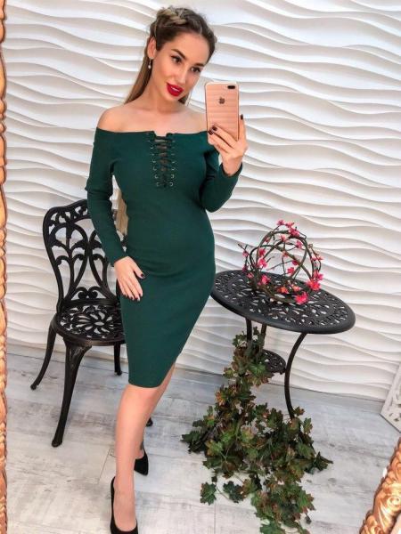 Стильное зеленое платье.