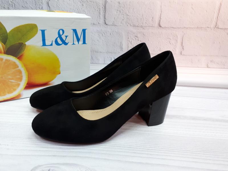 Женские туфли на невысоком каблуке.