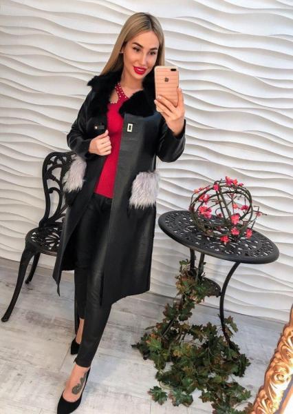 Женское черное пальто из экокожи.