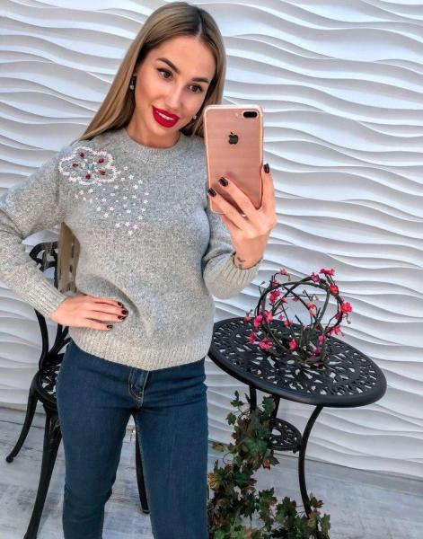 Женский серый вязаный свитер декорирован жемчугом и паетками
