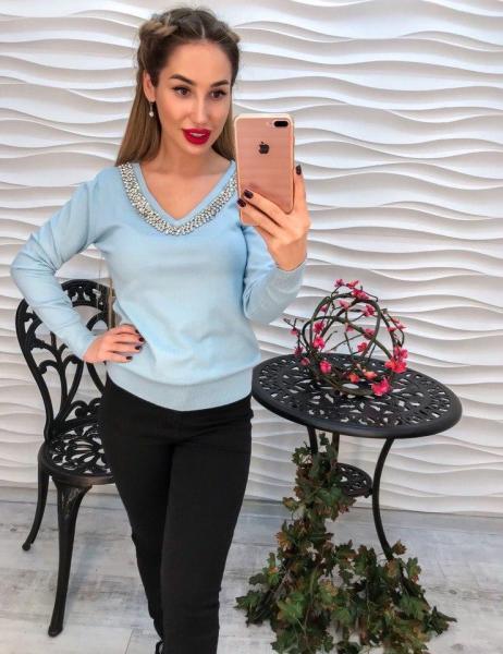 Голубой женский  вязаный свитер с стразами.