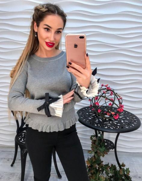 Стильный серый женский свитер.