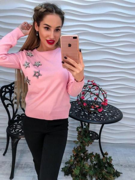 Женский розовый свитер декорирован стразами в виде звезд.