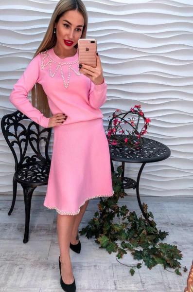 Стильный  розовый женский костюм с жемчугом.