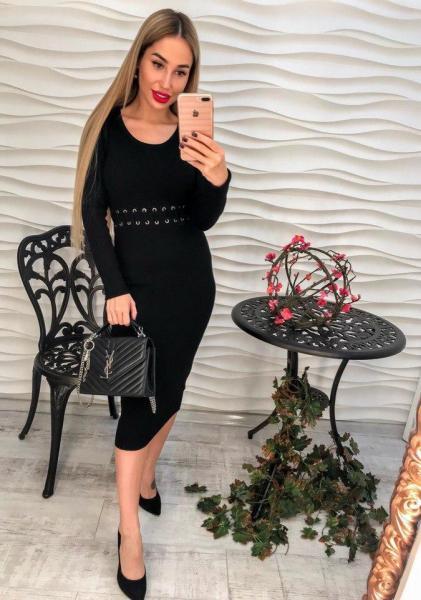 Черноне вязаное платье миди.