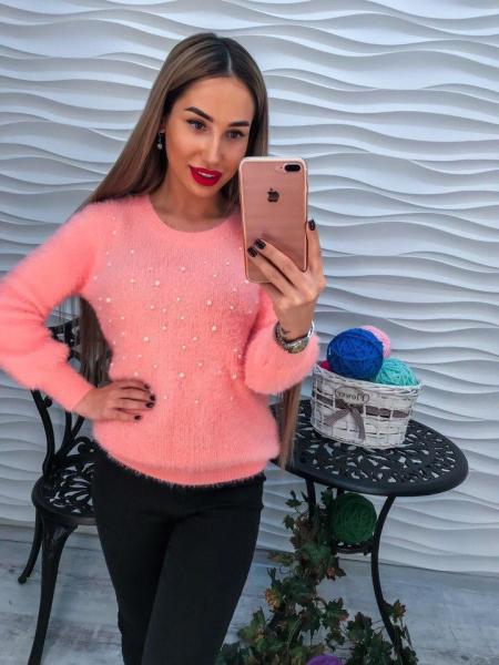 Стильный теплый свитер с ангорки кораллового цвета с жемчугом на груди.