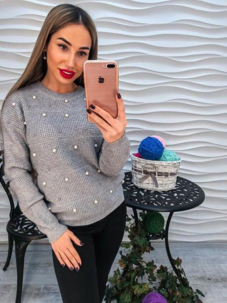 Красивый женский серый свитер с жемчугом и  стразами.