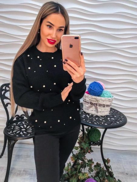 Красивый женский черный свитер с жемчугом и  стразами.