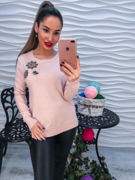 Вязаный свитер декорирован стразами цвет пудра.