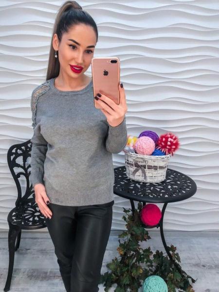 Красивый серый свитер с кружевом.