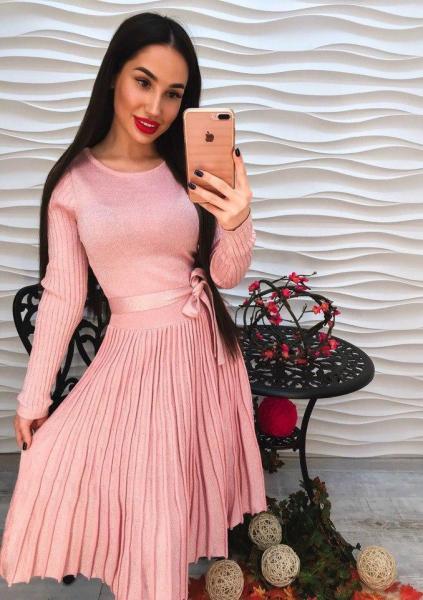 Женское элегантное розовое платье.