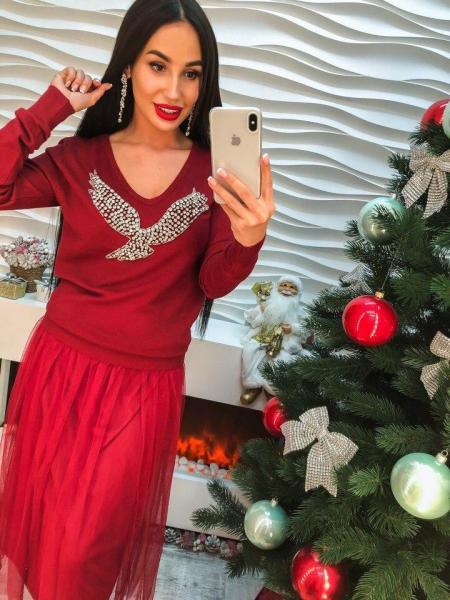 Женское трикотажное платье бордовое цвета.
