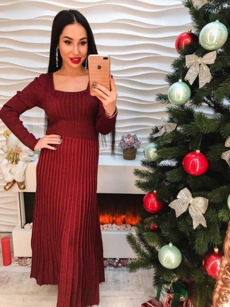 Стильное длинное платье с открытой спиной бордового цвета.