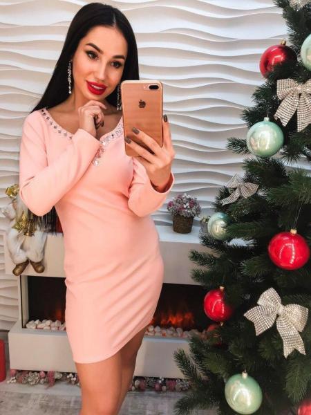 Красивое короткое женское розовое платье.