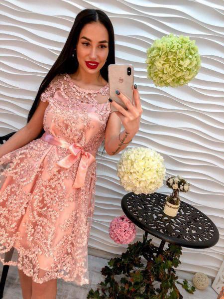 Красивое женское платье из органзы розового цвета.