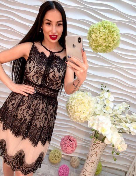 Женское платье из шифона и кружева.