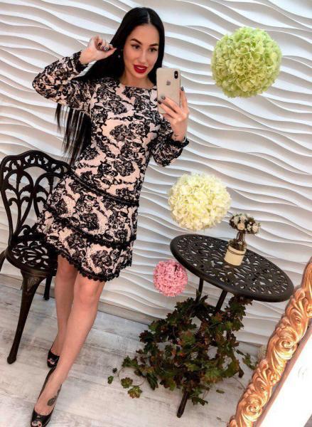 Стильное черно- розовое платье.