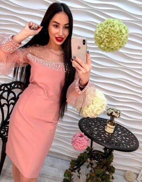 Очень красивое розовое платье.