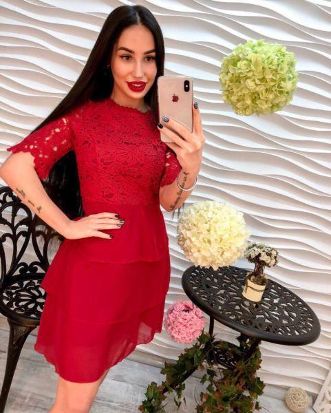 Женское красное платье из креп-шифона.