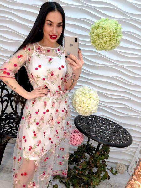 Женское платье из органзы с вышивкой белого цвета.