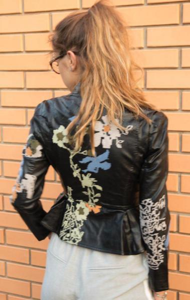 Стильная кожаная куртка с узором.