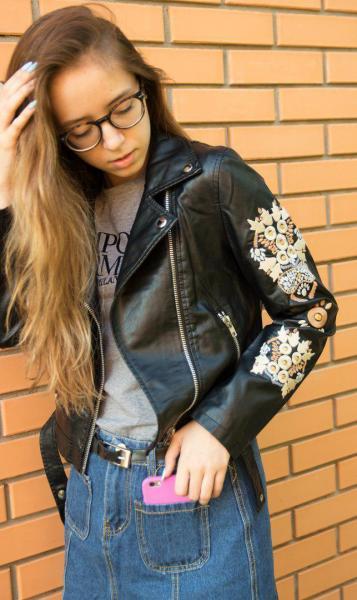 Стильная кожаная куртка с вышивкой черного цвета.
