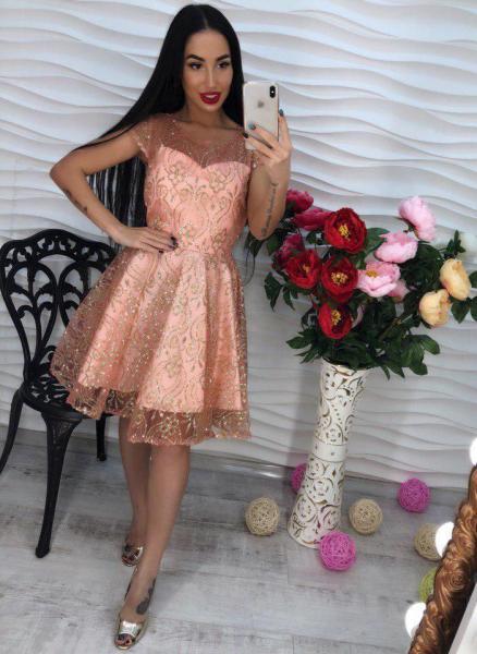 Стильное персиковое короткое платье.