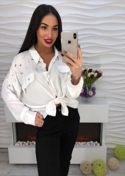 Белая блуза с стразами.