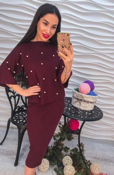 Стильный женский бордовый костюм с жемчугом